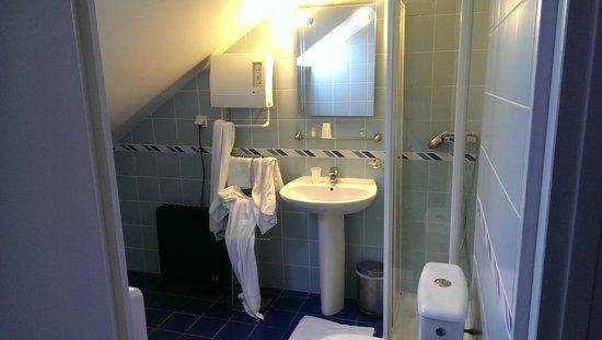 Cesar Hotel: Salle de bain sous les combles