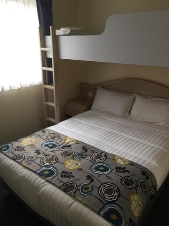 Berrara Beach Chalets: Second bedroom and overhead bunk