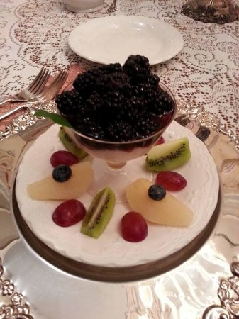 Antebellum Guest House: Fruit course