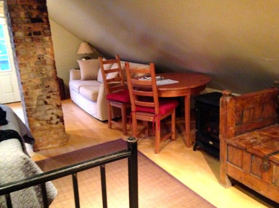 Auberge Gladstone: Table and couch facing TV