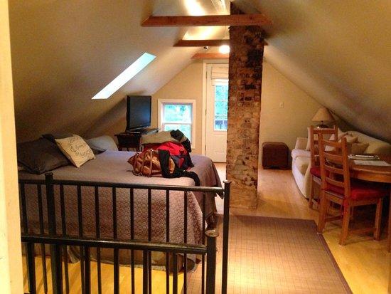 Auberge Gladstone : Beautiful bedroom/living area