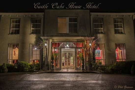 Castle Oaks House Hotel : Hotel at Night