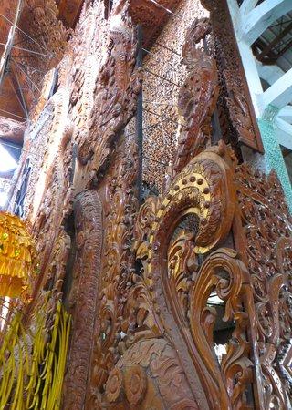 Nga Htat Gyi Pagoda : details of the teak panels