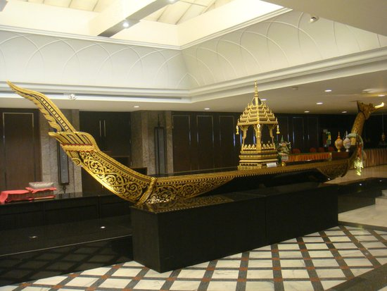 Narai Hotel : Boat Decoration beside dining area