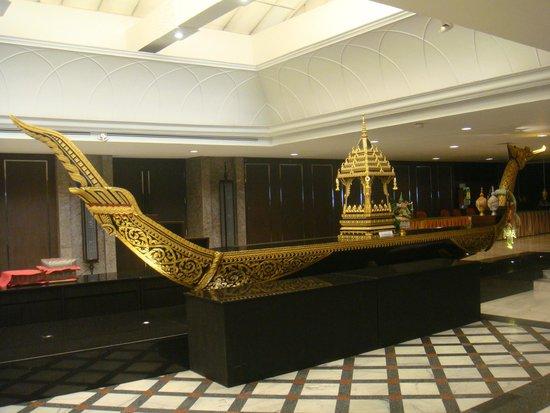 Narai Hotel: Boat Decoration beside dining area