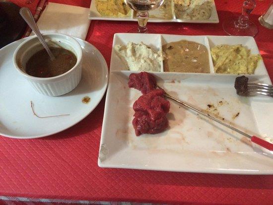 Hellenis: Une fondue bourguignonne sans sauce bourguignonne. Le gérant m'a proposé une sauce boeuf bourgui