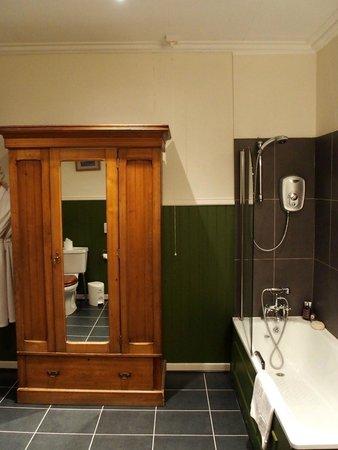The Royal an Lochan: Large bathroom in Room 12.
