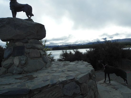 Lake Tekapo Cottages: Po copying the statue.