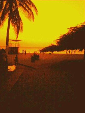 Hotel be La Sierra: playa frente al hotel