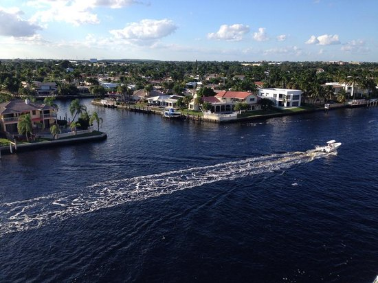 Sands Harbor Hotel and Marina Pompano Beach: The view across the water.
