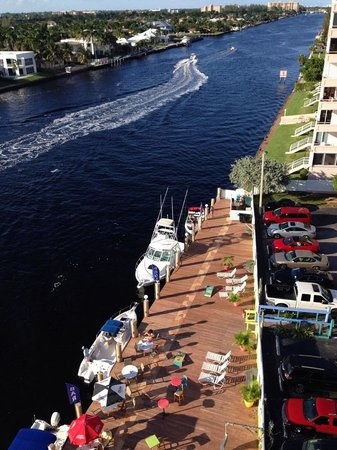 Sands Harbor Hotel and Marina Pompano Beach: The view looking north.