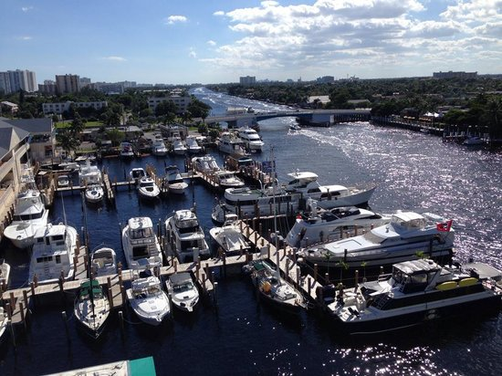 Sands Harbor Hotel and Marina Pompano Beach: The view looking south.