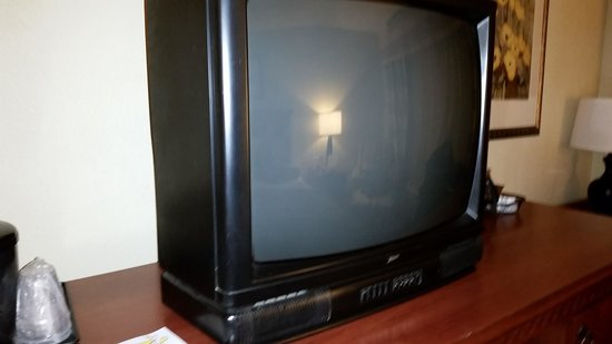 Country Inn & Suites By Carlson, Charlotte - I-85 Airport: 20 yr old TV with bad reception.