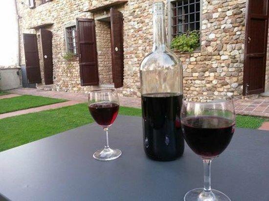 Montespertoli, Italia: Chianti Wine in front of the Beautiful Farm House (#7 is on the far right)