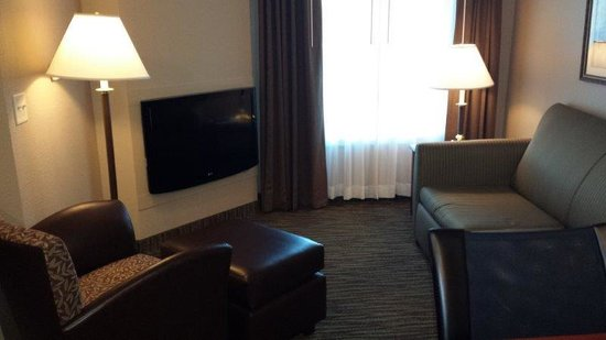 GrandStay Residential Suites Hotel Eau Claire: Living Room with TV