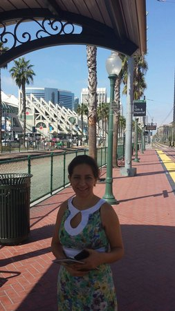 San Diego Convention Center: Estacion trolley frente centro convenciones