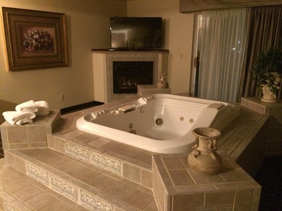 Quality Inn & Suites : Jacuzzi in King Suite