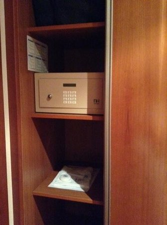 NH Rambla de Alicante: safe with shelving on one side of the closet