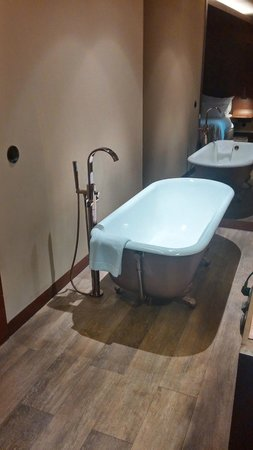 Hotel Teatro Porto: Our bedroom at Hotel Teatro - standalone bathtub)