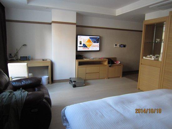 GG Tourist Hotel: 広いお部屋です。ベットも快適。