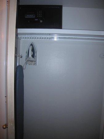 Hotel PF : caja fuerte y planchador