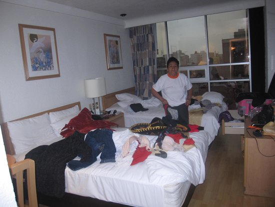 Hotel PF: mi cuarto super desaordenado.perdon mami.