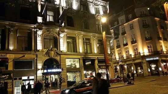 Best Western Karl Johan Hotell: Hotel View From The Street at Night