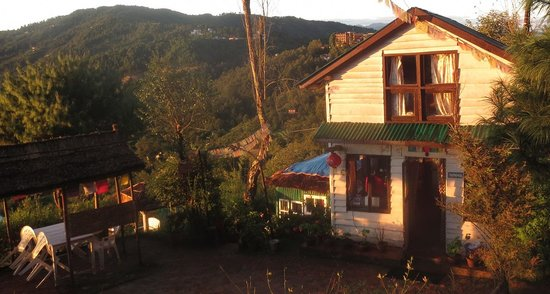 Sherpa Alpine Cottage: The office, restaurant and some of the outdoor seats