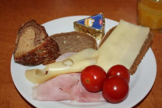 Hotel Altmann: Continental breakfast