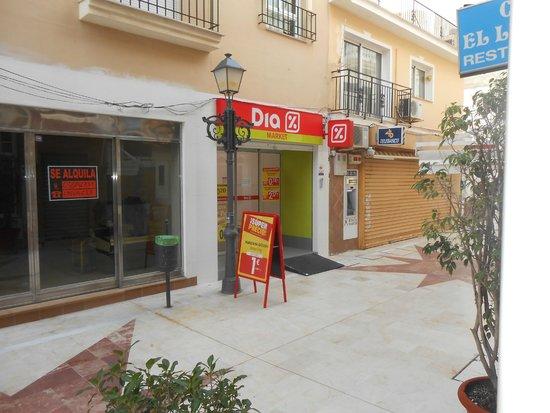 Hotel Mediterráneo Carihuela: Location of supermarket from hotel door