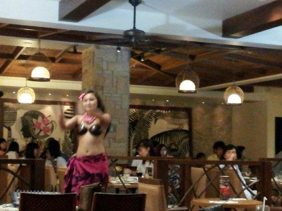 Restaurant & Lounge MAIN: 最初に小規模ですがショーがあります。