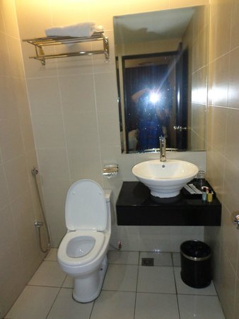11@Century Hotel: Toilet & washing basin
