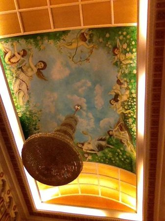 Vienna Hotel Shenzhen International: Ceiling at the hotel hall