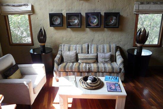 Lukimbi Safari Lodge: Salón de la habitación