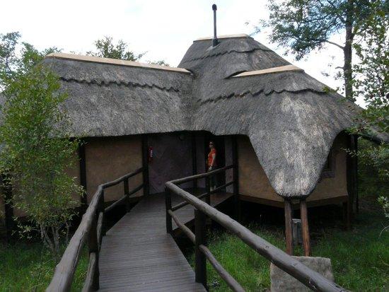 Lukimbi Safari Lodge: Exterior de la cabaña
