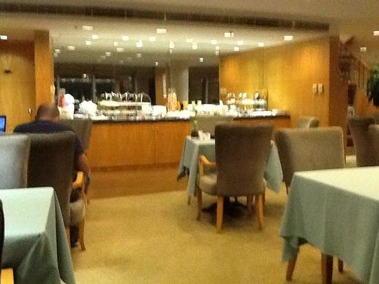 Holiday Inn Zhuhai: executive lounge happy hour foodstation