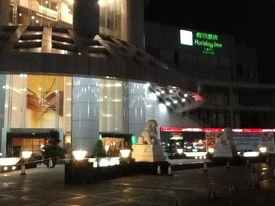 Holiday Inn Zhuhai: hotel front view at night