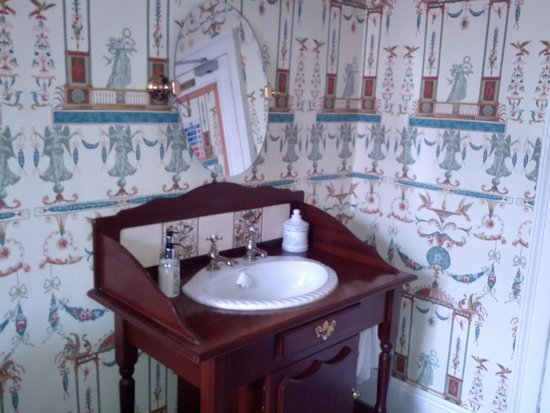 Edge Hall Hotel: Pretty washstand in the room.