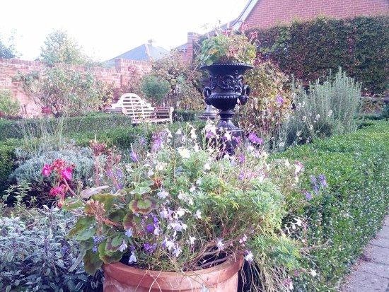 Edge Hall Hotel: Delightful garden.