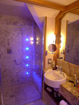 The Farmhouse Hotel: Blue bathroom
