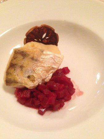 Restaurant Casino Bern: Filet de sandre cuit sur peau avec betterave, pomme-de-terre et purée de céleri