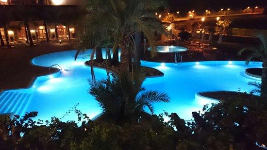 Denia La Sella Golf Resort & Spa : Piscina nocturna