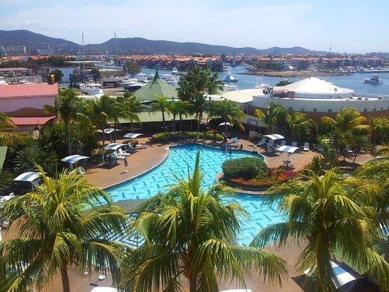 Hotel Aqua-Vi Suites & Marina : Vista a la piscina y marina.