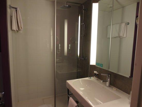 Mercure Carcassonne La Cité hotel : Large Shower
