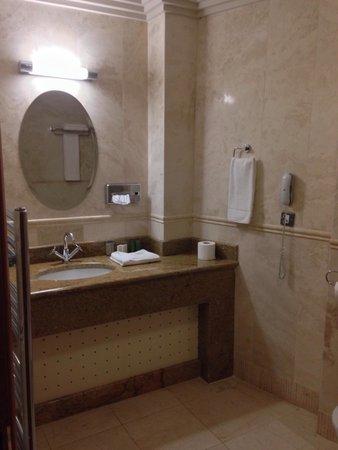 Lawlors Hotel: Bathroom in Room at 2nd floor