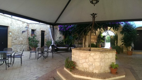 Don Giovanni Hotel: Courtyard
