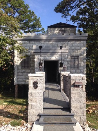 Oak Crest Cottages and Treehouses: Our castle #13