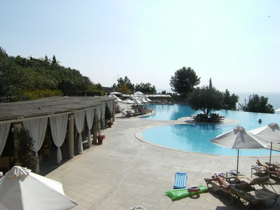 Ikos Oceania: main pool & pool bar