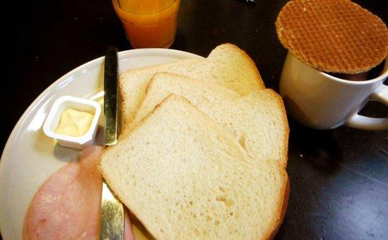 Shelter Jordan - Amsterdam Hostel: Opção de café da manhã: pão, presunto, suco e chocolate quente
