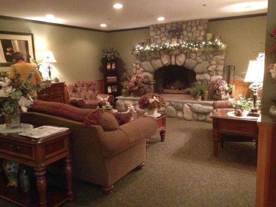 The Wild Iris Inn: The lobby was very warm and comfortable.  Tea and coffee self serve.